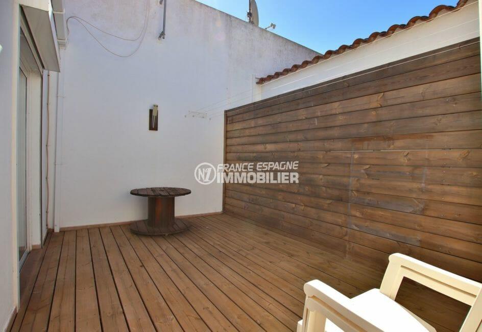 agence immobiliere costa brava: villa proche plage, terrasse coin détente accès au salon