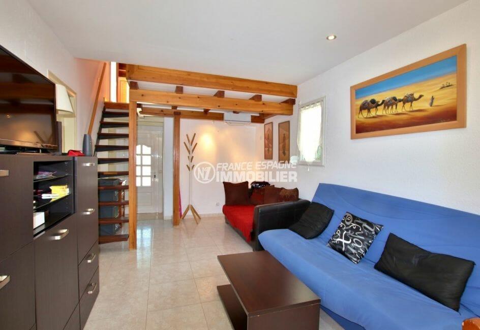 agence immobiliere costa brava: villa 71 m², vue sur la porte d'entrée ainsi que les escaliers