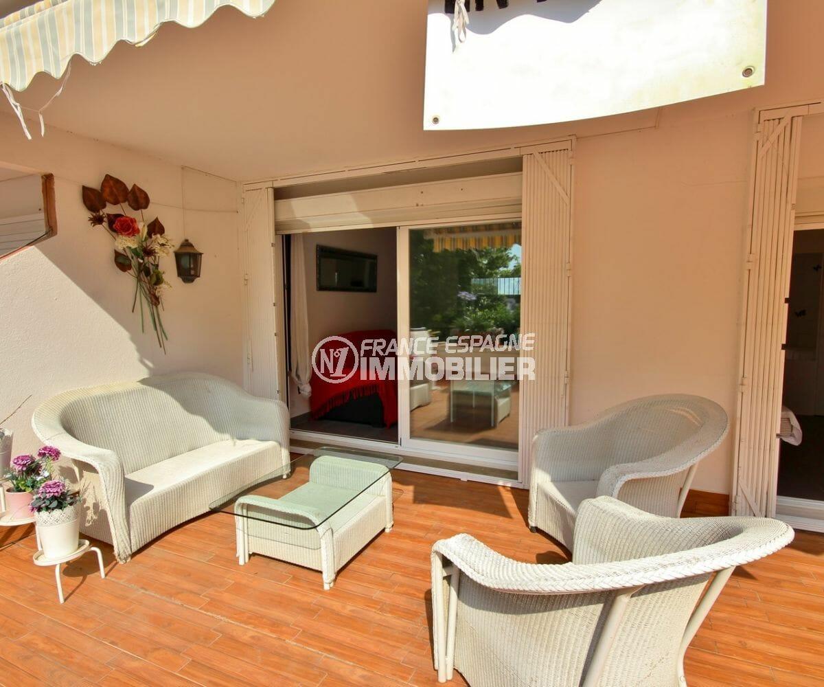 vente appartement empuriabrava, parking, coin détente aménagé sur la terrasse accès salon