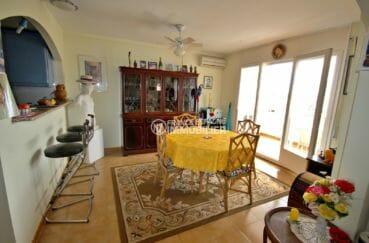 immo empuriabrava: appartement 97 m², séjour avec cuisine semi ouverte accès terrasse