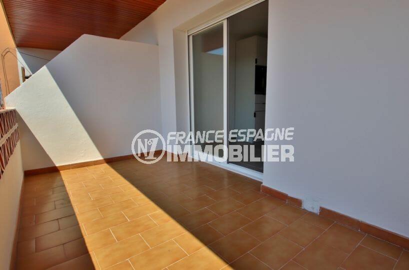 vente appartement rosas, proche plage, terrasse de 8 m² vue sur la marina accès salon