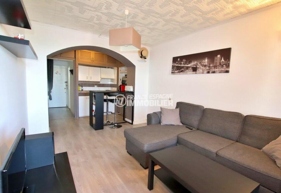 immo roses: studio 30 m², cuisine ouverte sur la pièce principale avec canapé convertible