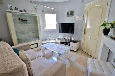 agence immobiliere costa brava: villa proche plage, vue sur la porte d'entrée et le salon