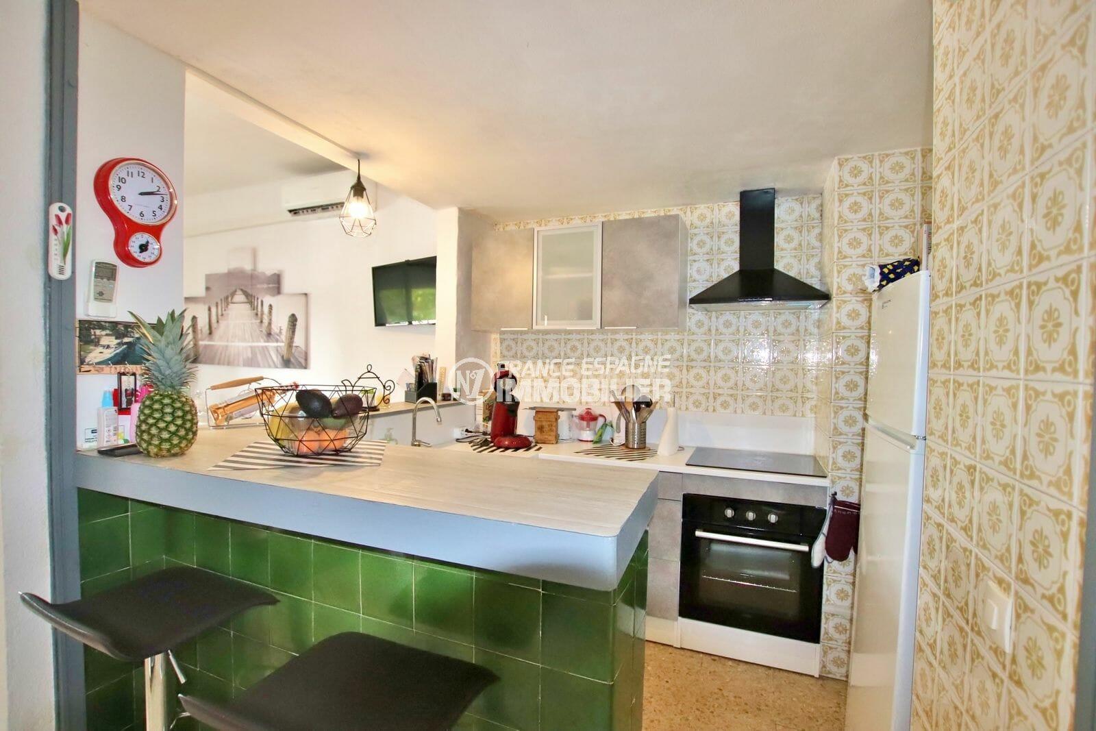 agence immobiliere costa brava: appartement 51 m², plan de travail bar accès cuisine