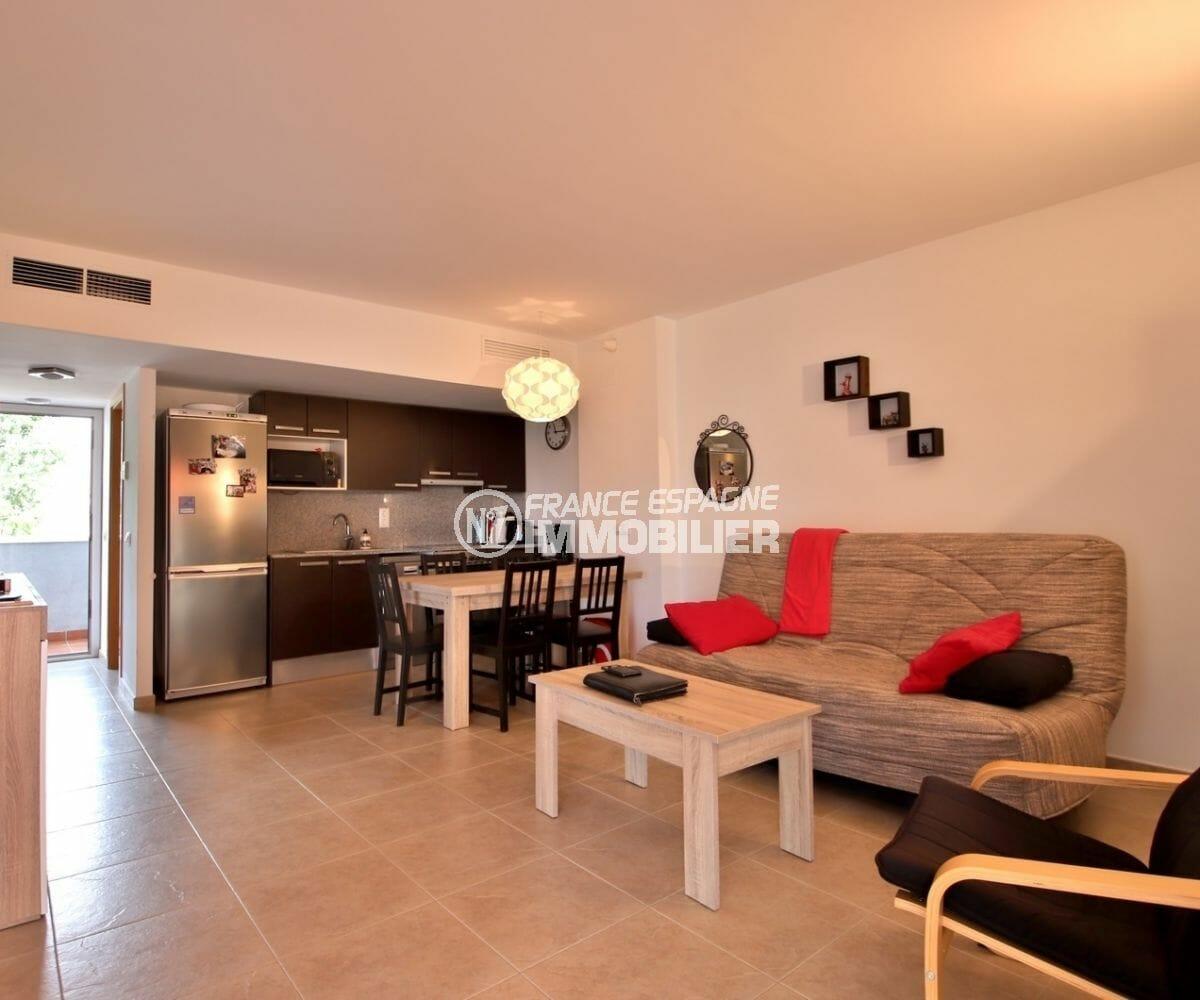 roses espagne: appartement 63 m², salon / séjour avec cuisine ouverte accès terrasse