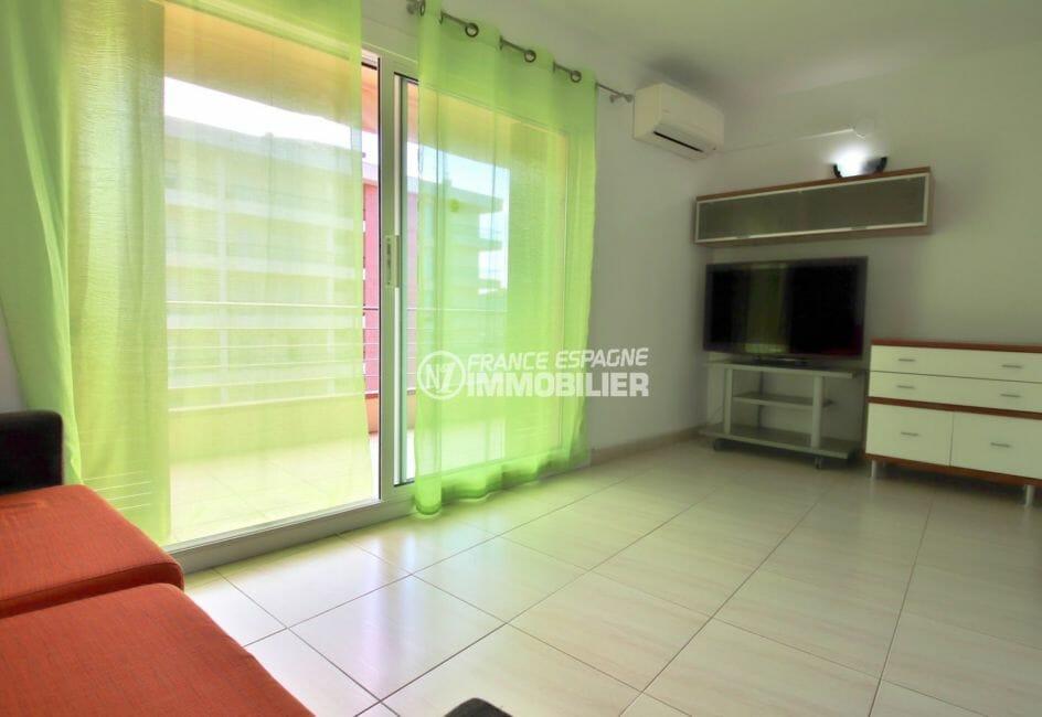 agence immobiliere costa brava: appartement 38 m², salon / séjour avec des rangements accès terrasse