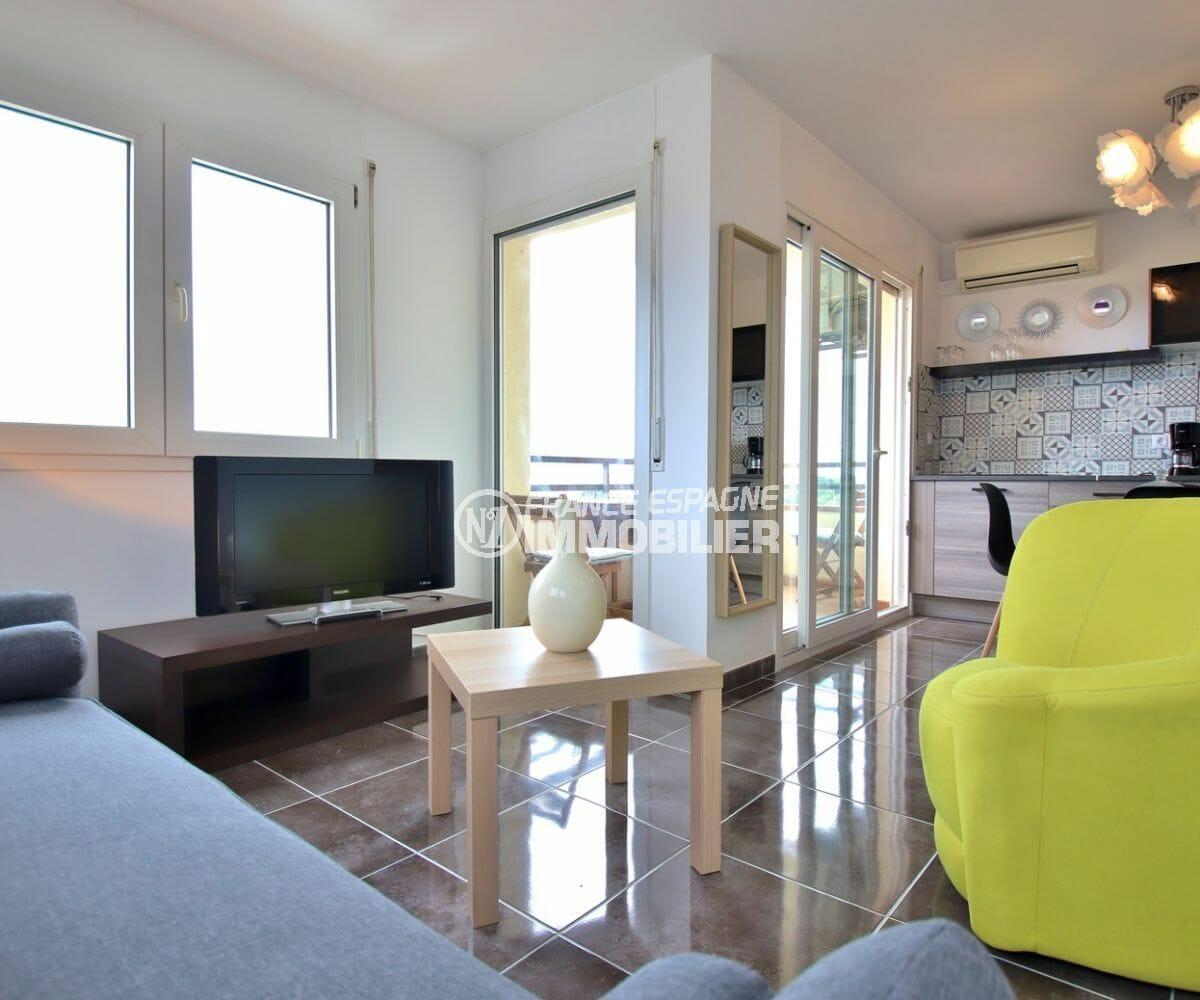 agence immobilière costa brava: appartement 53 m², salon / séjour, cuisine ouverte accès terrasse