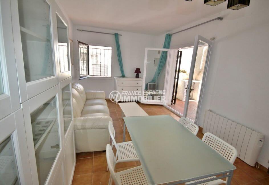 agence immobilière costa brava: villa 57 m², salon / séjour lumineux avec accès terrasse