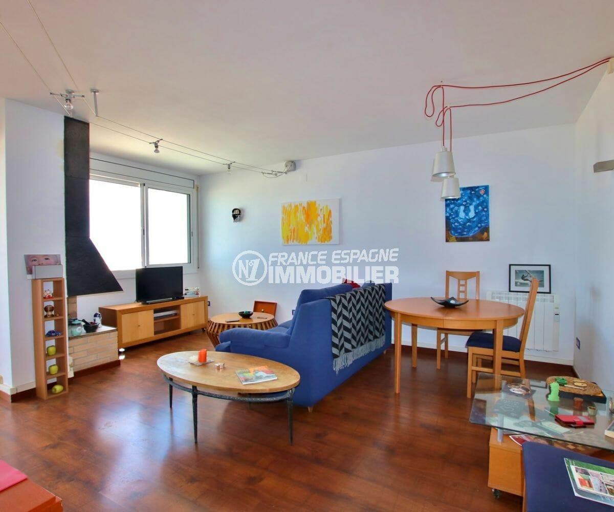 agence immobiliere roses: appartement 87 m², salon / séjour avec accès terrasse vue mer