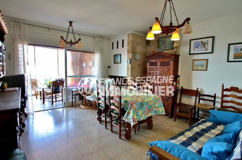 immo roses: appartement 65 m² salon / séjour avec rangements accès terrasse