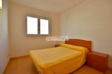 agence immobiliere roses: appartement 55 m², première chambre avec lit double