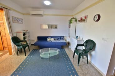agence immobiliere roses: appartement r33 m² salon / séjour lumineux avec canapé convertible