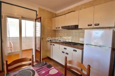 roses espagne: appartement 34 m², coin cuisine ouverte sur le salon accès véranda