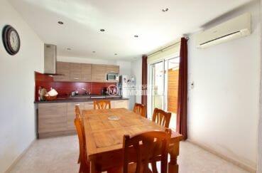 agence immobilière costa brava: villa 71 m², cuisine ouverte  avec coin repas