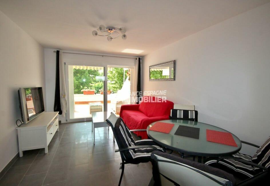 immo empuriabrava: appartement 60 m², salon / séjour avec rangements accès terrasse