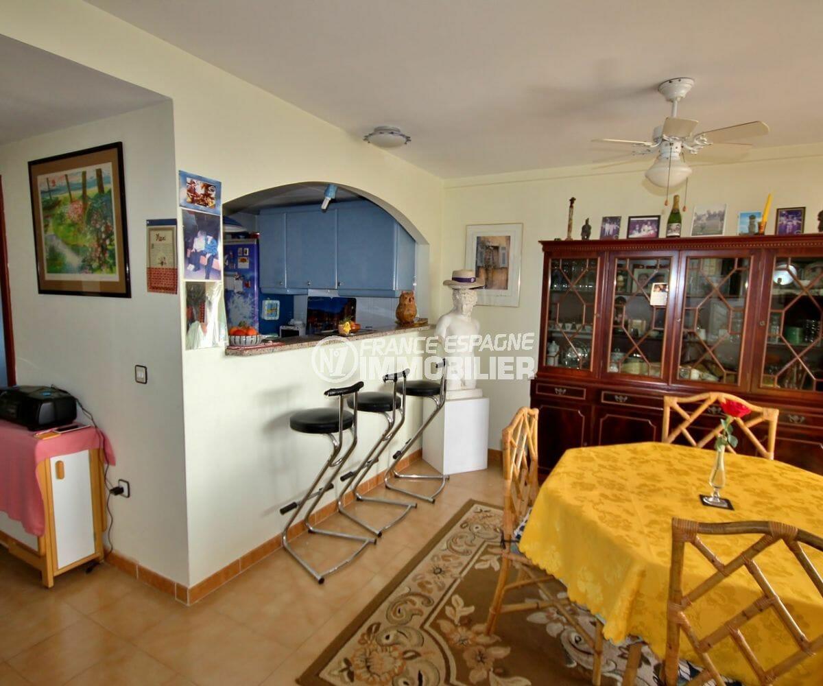 achat appartement empuriabrava, 2 places de parking, coin repas avec cuisine semi ouverte