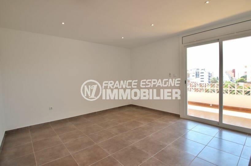 immo roses: appartement 34 m², salon / séjour lumineux avec cuisine ouverte accès terrasse