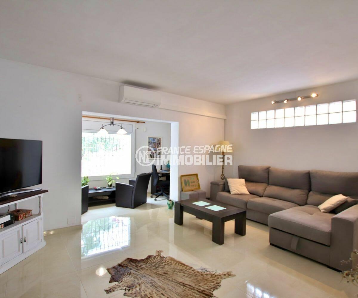maison à vendre empuriabrava, piscine, salon / séjour lumineux avec coin bureau aménagé