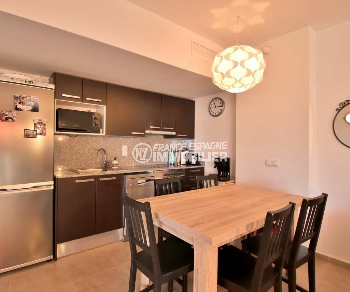 agence immobiliere roses: appartement 63 m², cuisine équipée et fonctionnelle ouverte sur le salon