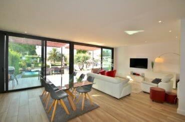 agence immobiliere costa brava: villa 179 m², salon / séjour moderne accès terrasse jardin