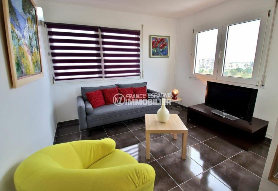 roses espagne: appartement 53 m², salon / séjour lumineux accès terrasse vue marina