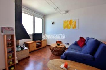 agence immobilière roses: appartement rénové, salon / séjour avec des rangements