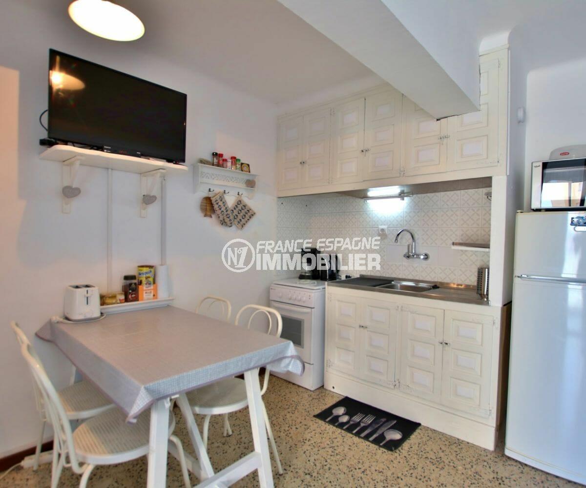 appartement a vendre empuriabrava, vue mer, coin cuisine équipée ouverte sur le salon