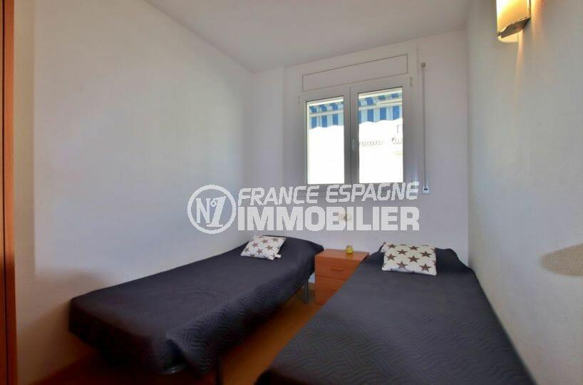 agence immobilière roses: appartement 55 m², deuxième chambre avec 2 lits simples
