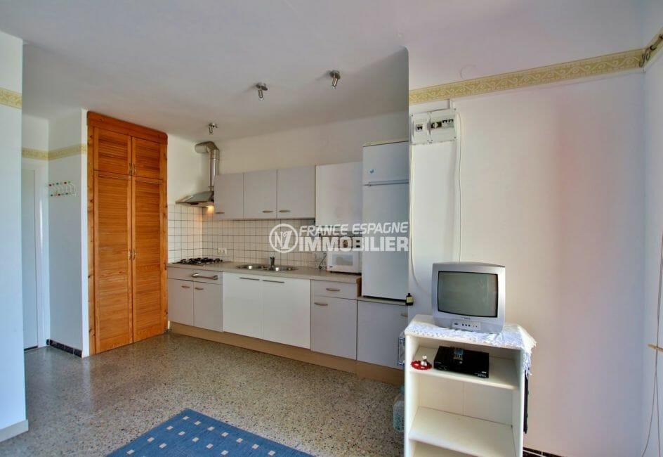 agence immobilière roses: appartement 33 m², cuisine aménagée ouverte sur le salon / séjour