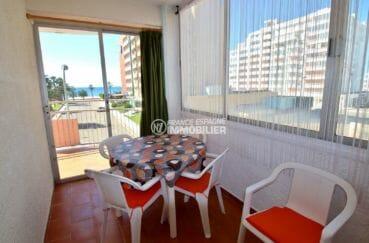 agence immobilière roses: appartement pas cher, véranda avec coin repas vue mer