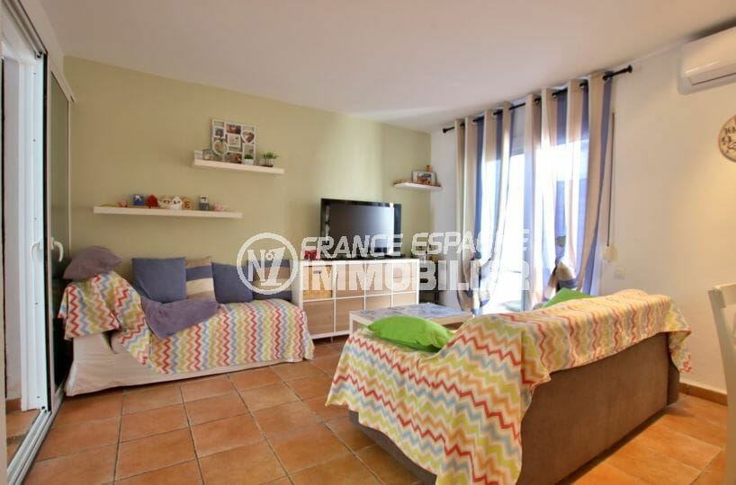 roses espagne: villa 82 m², salon / séjour accès véranda et terrasse