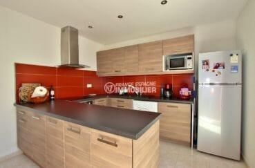 roses espagne: villa 71 m², cuisine américaine équipée avec rangements