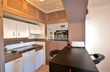 agence immobilière costa brava: studio piscine, cuisine équipée avec des rangements