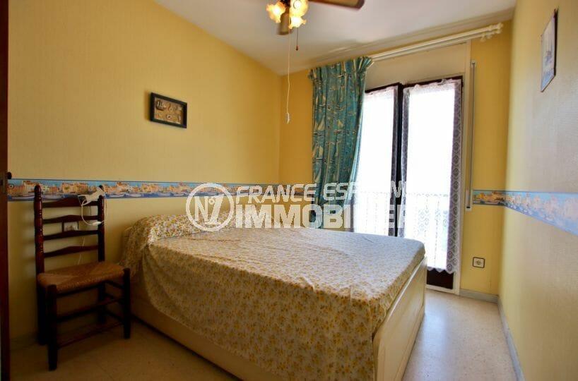 agence immobiliere costa brava: villa 60 m², première chambre lumineuse avec lit double