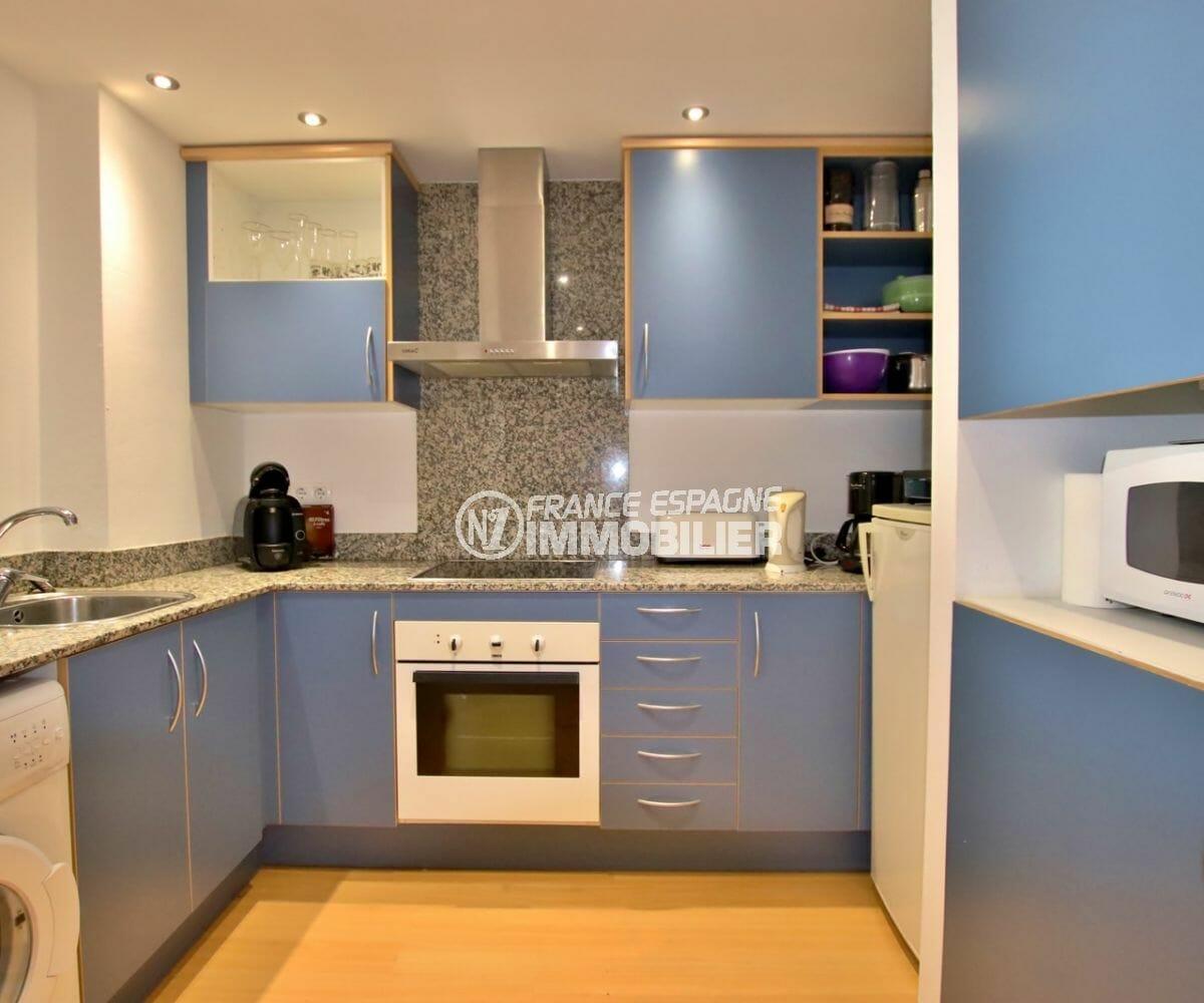 agence immobiliere roses: appartement parking, cuisine américaine équipée avec rangements