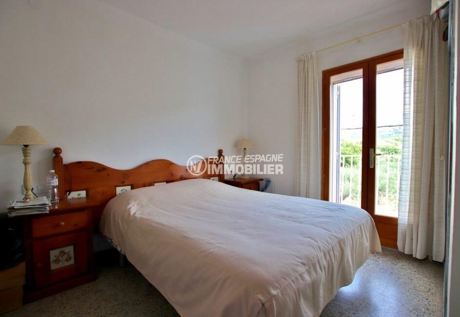 agence immobilière roses: appartement 54 m², chambre avec lit double, vue dégagée depuis la fenêtre