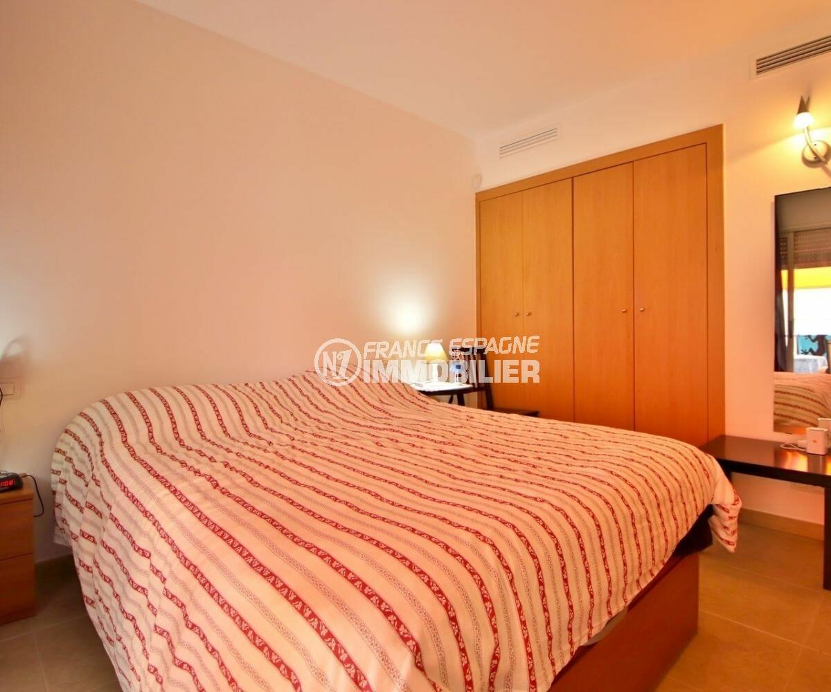 agence immobilière roses: appartement 63 m², première chambre avec lit double et placards