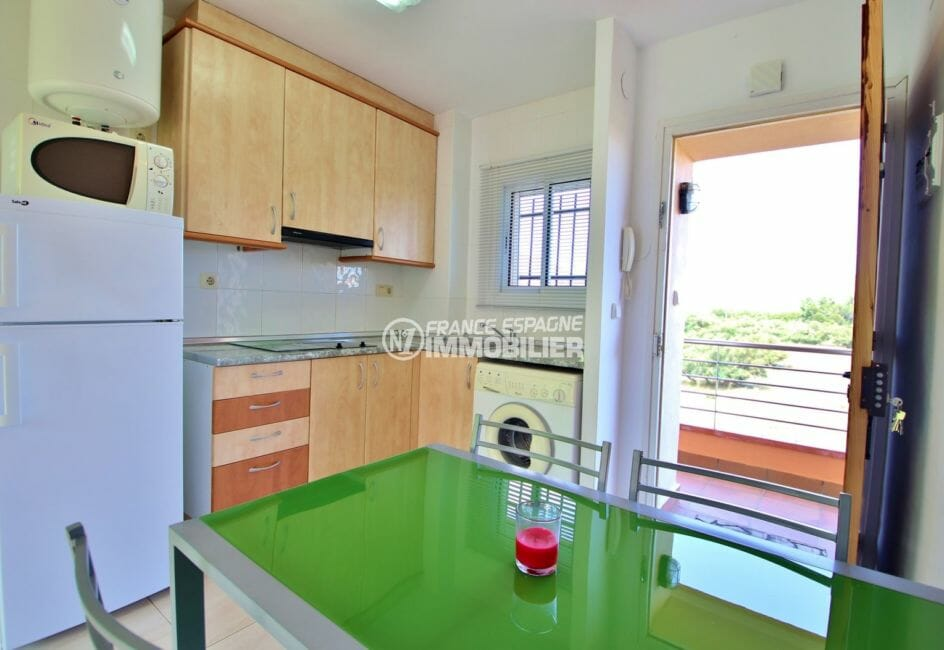 agence immobilière roses: appartement 38 m², cuisine ouverte équipée avec des rangements