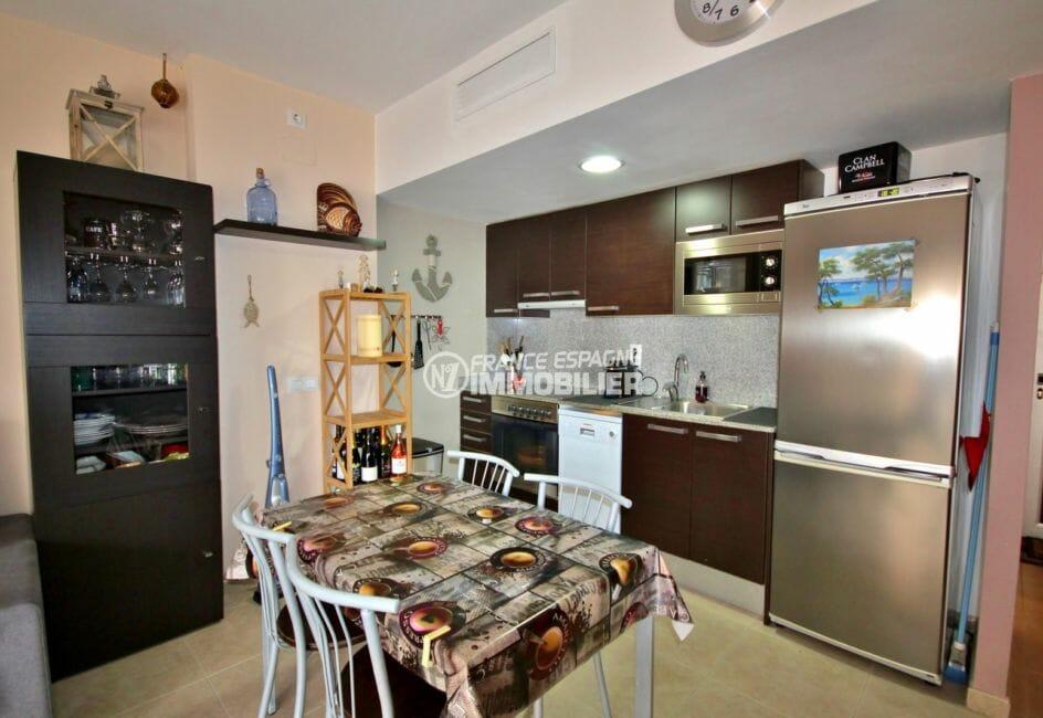 agence immobilière roses: appartement parking, cuisine équipée et fonctionnelle, coin repas