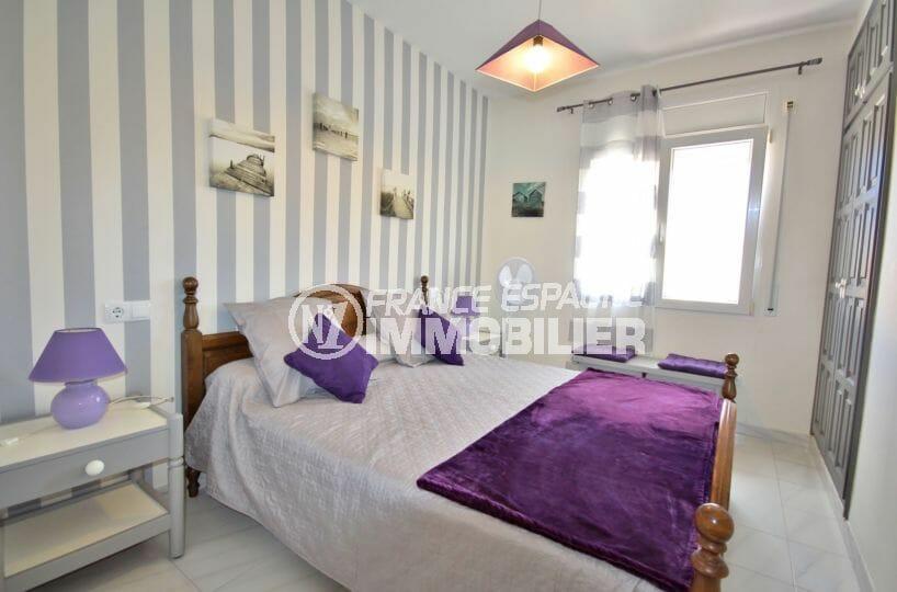 acheter appartement empuriabrava, amarre, première chambre lumineuse avec lit double et placards