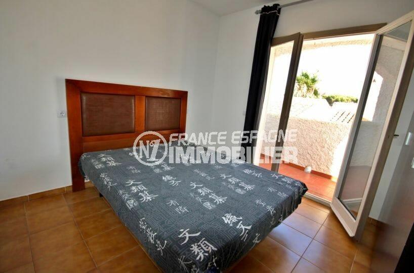 rosas immo: villa proche plage, première chambre lit double accès deuxième terrasse