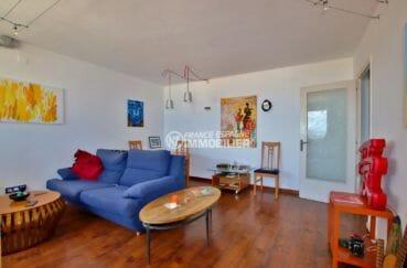 immobilier rosas, appartement proche plage, salon / séjour lumineux accès terrasse 10 m²