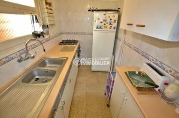 agence immobilière roses: appartement 65 m², cuisine indépendante équipée toute en longueur