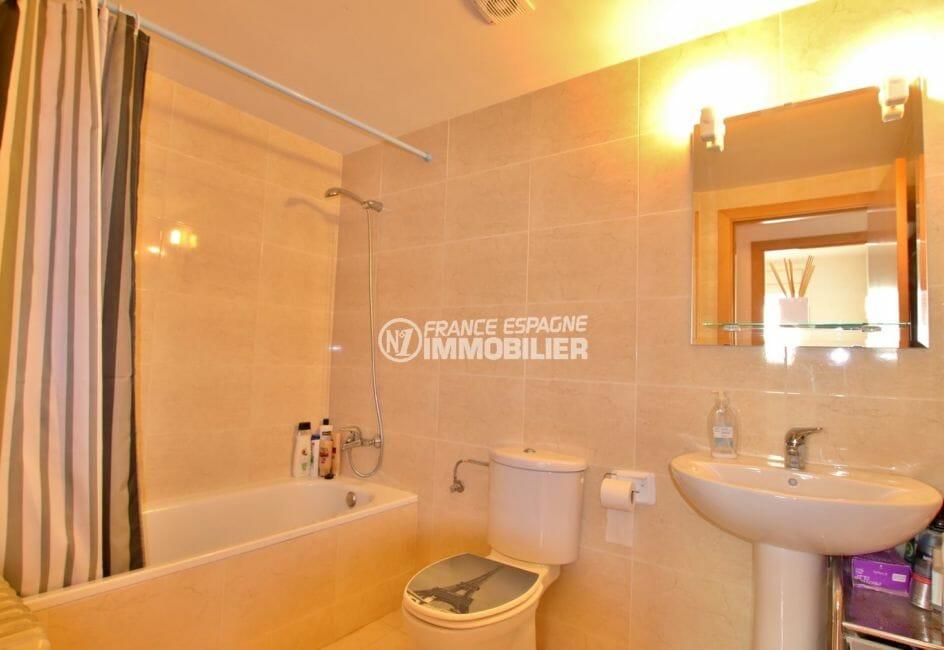 appartement a vendre a rosas, terrasse, salle de bains avec baignoire, lavabo et wc