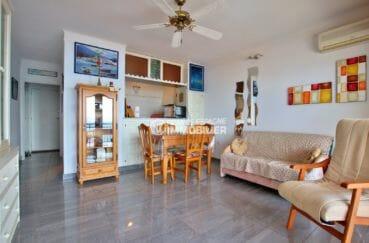 agence immobilière roses: appartement 48 m², cuisine semi ouverte sur le salon / séjour