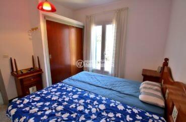 appartement a vendre a rosas, vue mer, chambre lit double avec placards accès terrasse