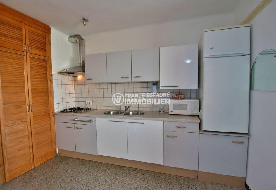 appartement a vendre a rosas, parking, cuisine ouverte équipée avec des rangements