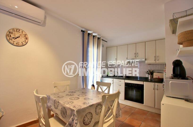 agence immobilière roses: villa 82 m², cuisine ouverte équipée avec coin repas