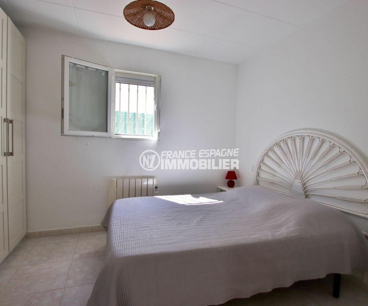 agence immobilière roses: villa 71 m², première chambre avec lit double et placards