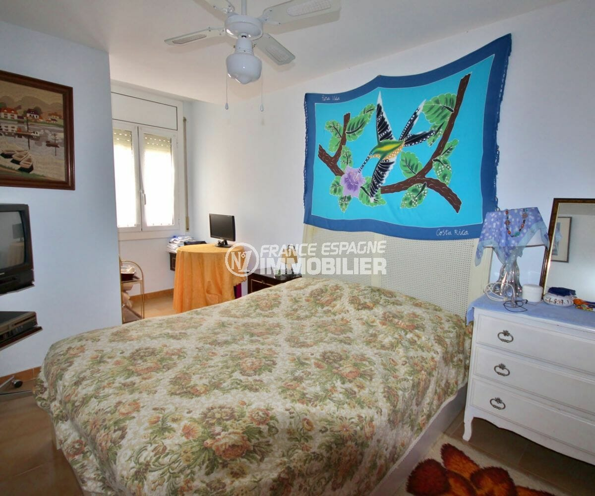 agence immobiliere costa brava: appartement 97 m², première chambre avec lit double